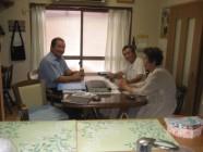 当社の社長(左)と上田様ご夫妻の契約時の様